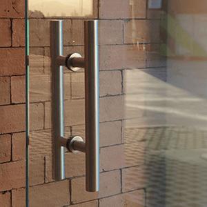 puerta de vidrio templex tipo protex con manilla de acero inoxidable